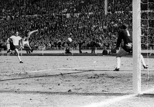 老照片-1966世界杯决赛进球 赫斯特锁定冠军的