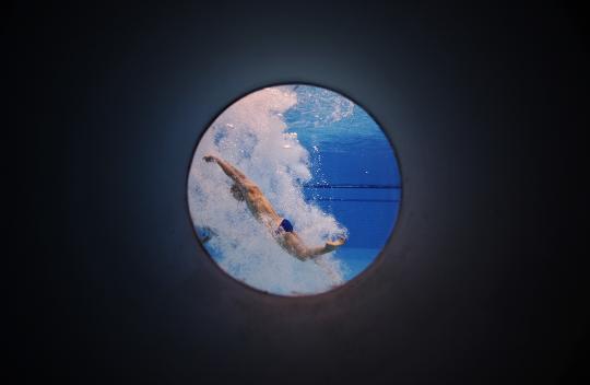 """图文-""""水立方""""之眼 跳水运动员入水之后的画面"""