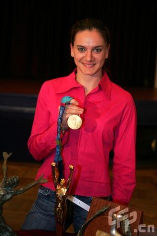 图文-聚焦撑竿跳女皇伊辛巴耶娃 骄傲展示奥运金牌