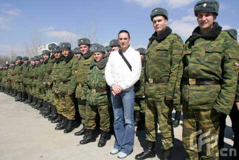 图文-聚焦撑竿跳女皇伊辛巴耶娃 与俄罗斯军人合影