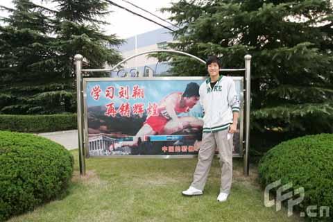 图文-刘翔珍贵生活照片曝光 与自己的宣传照合影