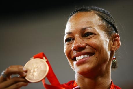 图文-[奥运]女子七项全能 方丹展示奖牌