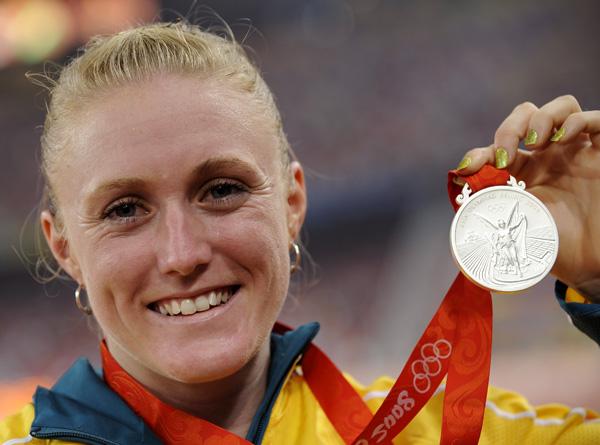 图文-[奥运]田径女子100米栏 麦克莱兰展示银牌