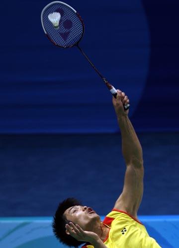图文-中国羽毛球队进行赛前训练 上演精彩的一扣