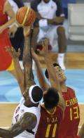 图文-[男篮小组赛]中国70-101美国 姚明争抢篮板
