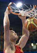 图文-[奥运]男篮VS立陶宛 姚明发威暴扣星光闪耀