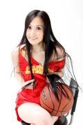 图文-美女CEO做性感篮球宝贝 双手紧捂前胸