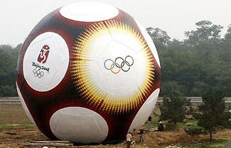 巨型足球雕塑亮相秦皇岛