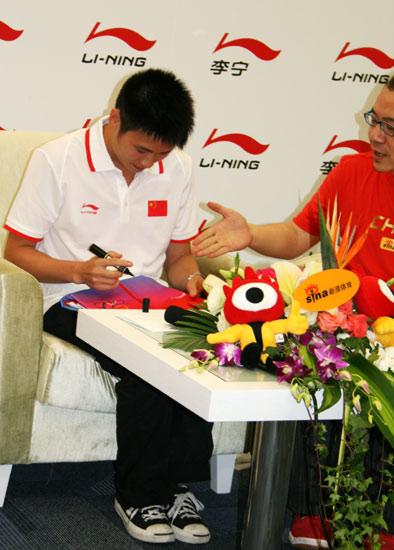 图文-杨景辉和李娜聊08跳水队 景辉在04领奖服上签名