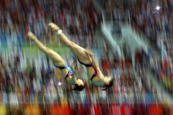 图文-女子双人3米跳板决赛 两人入水一刹那间