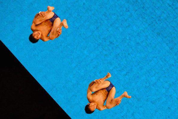 图文-男子双人10米台跳水 林跃/火亮空中抱膝