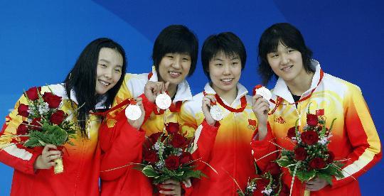 图文-女子4x200米自由泳摘银 四人一同展示银牌