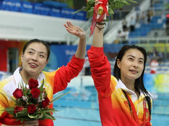 图文-[奥运]女子跳水三米板 向观众挥手致意