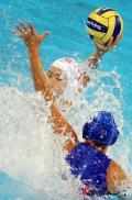 图文-女子水球中国获第5名 浪花中的坚毅眼神