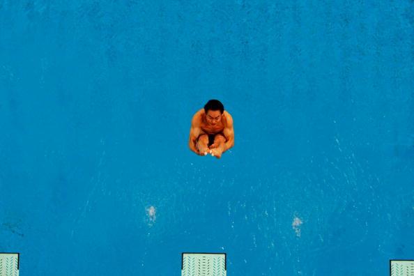 图文-奥运跳水男子3米跳板预赛 跃入水中的瞬间