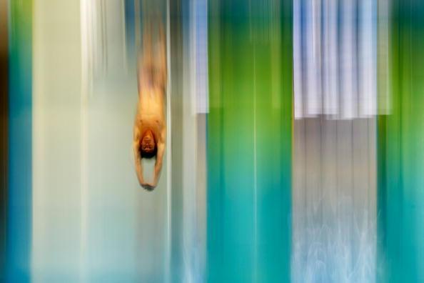 图文-男子单人三米跳板决赛 何冲入水如梦如真