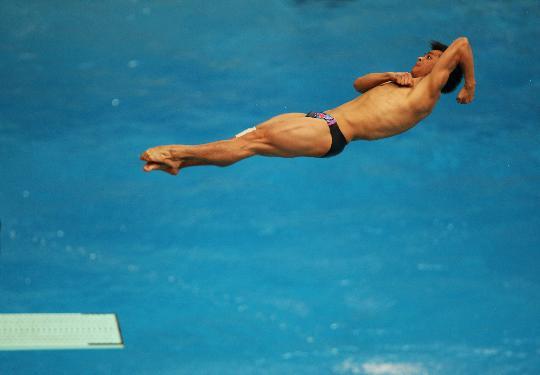 图文-何冲夺得男子3米跳板冠军 何冲比赛中腾空