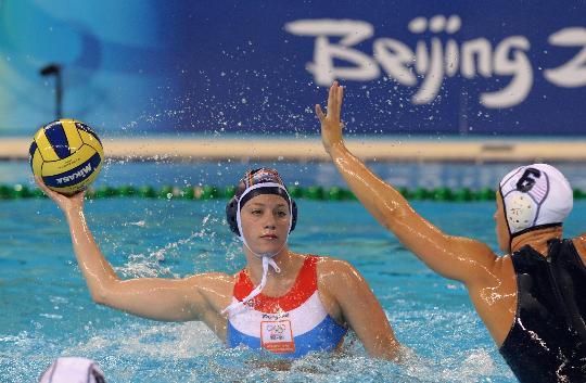 图文-女子水球荷兰胜美国夺金 比赛中伺机射门