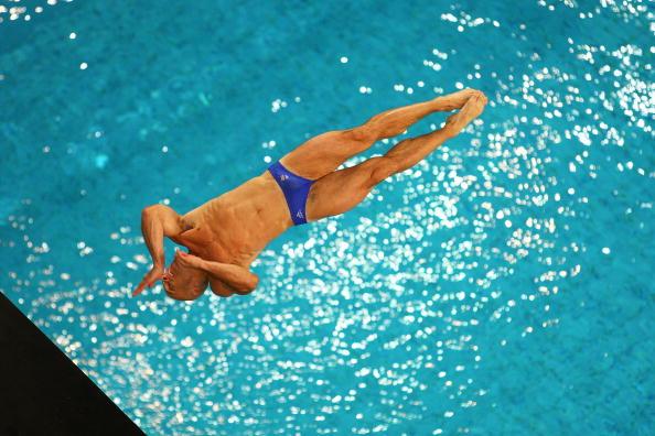图文-周吕鑫火亮晋级10米台半决赛 这动作很炫