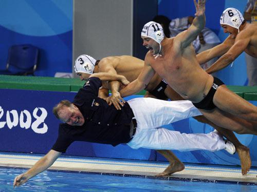 图文-奥运男子水球匈牙利队夺冠 教练坠入水中