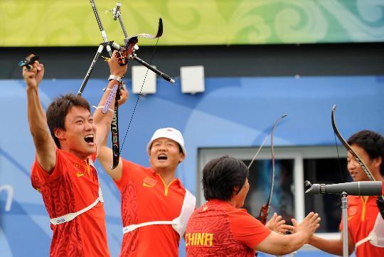 图文-中国男团获得铜牌 男团共同庆祝胜利