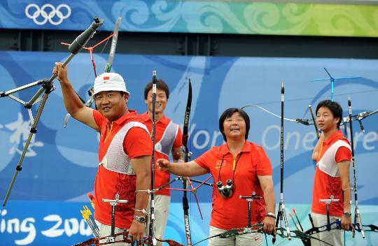 图文-中国男团获得铜牌 中国选手向观众致敬