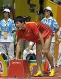 图文-刘翔因伤退出110米栏比赛 支撑着艰难站立