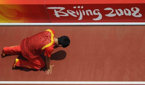 图文-刘翔因伤退出110米栏比赛 刘翔与北京奥运