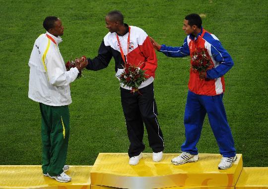 图文-奥运男子跳远颁奖仪式举行 友谊第一比赛第二