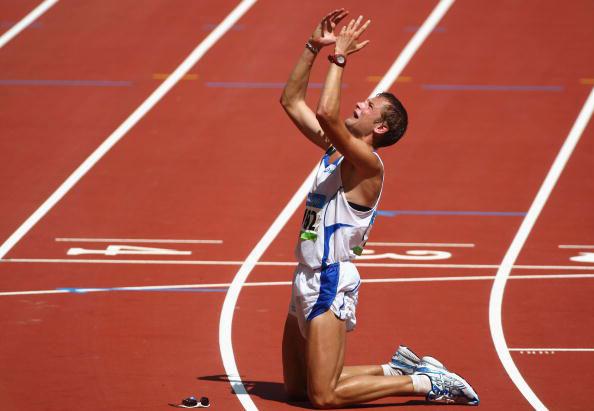 图文-田径男子20公里竞走决赛 夺冠之后跪谢苍天