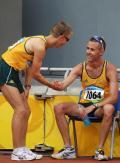 图文-田径男子20公里竞走决赛 塔伦特正接受祝贺