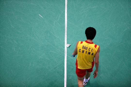 图文-羽毛球男单11日精彩战况 羽球落在地上