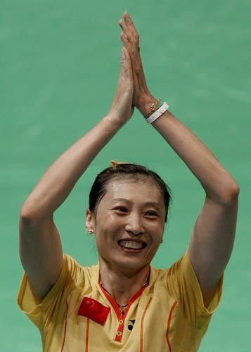 图文-中国锁定羽毛球女单金牌 张宁答谢观众
