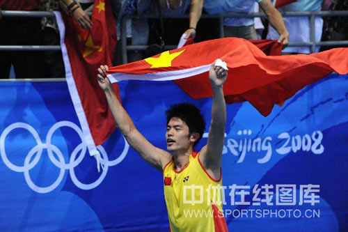 图文-[奥运]羽球男子单打决赛 举起国旗庆祝