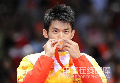 图文-羽毛球男单林丹夺金 林丹亲吻金牌