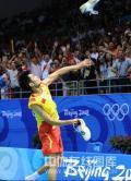 图文-羽毛球男单林丹夺金 对球迷齐欢庆