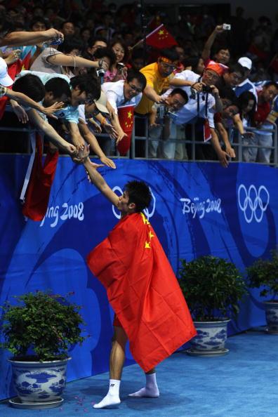 图文-奥运会羽毛球男单决赛 林丹和观众握手致意