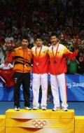 图文-奥运会羽毛球男单决赛 前三名合影留念