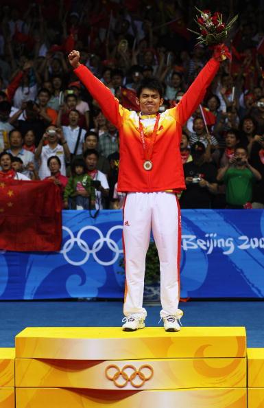 图文-奥运会羽毛球男单决赛 林丹接受观众欢呼