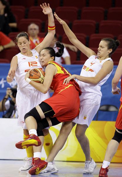 图文-中国女篮67-64西班牙 突破撞上双人夹击
