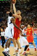 图文-[奥运会]中国男篮VS美国 姚明轻松勾手