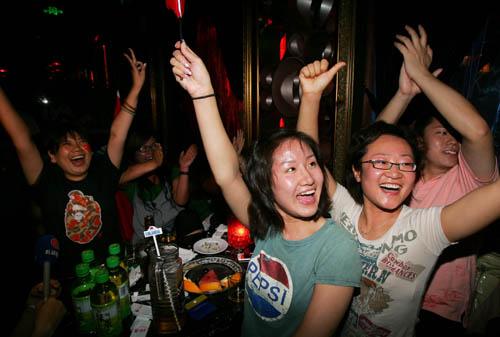 图文-[奥运会]中国男篮VS美国 女球迷在酒吧看球