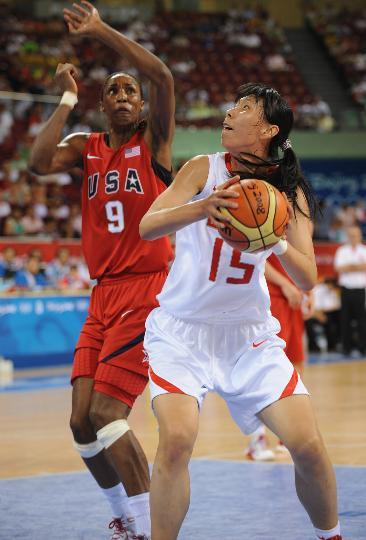 图文-女篮预赛中国63-108美国 陈楠伺机出手