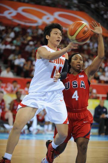 图文-女篮预赛中国63-108美国 邵婷婷比赛中传球