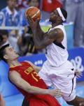 图文-奥运会男篮VS美国 詹姆斯霸王上篮姚明亦难挡