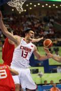 图文-中国男篮负于西班牙 姚明只身篮下战群雄