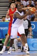 图文-中国男篮77-91希腊 肖茨安尼蒂斯控球