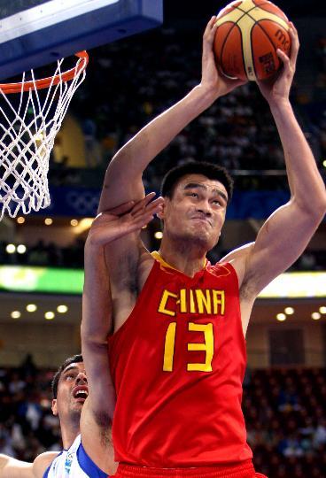 图文-中国男篮77-91希腊 姚明在比赛中投篮