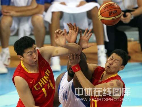 图文-[奥运会]中国男篮77-91希腊 大郅积极防守