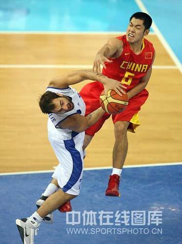 图文-[奥运会]中国男篮77-91希腊 张庆鹏和斯潘